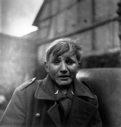 Soldado alemão de quinze anos após se capturado por tropas americanas, Alemanha – 1945. (John Florea/Time & Life Pictures/Getty Images)