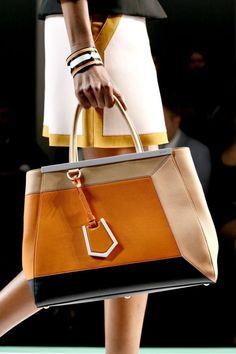 Estupendo Handbag en cuatro tonalidades perfectamente trabajadas en forma geométrica