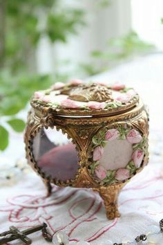 Trinket box with gold,silver and ribbon roses encircling an picture opening Vintage Shabby Chic, Vintage Decor, Vintage Items, Vintage Teacups, Jewellery Boxes, Jewelry Box, Jewelery, Rose Jewelry, Fru Fru
