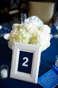 Centro de mesa blanco en esta tematica en azul marino Andi Diamond Photography