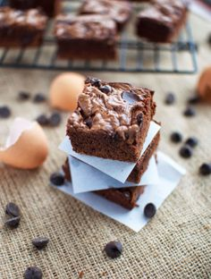These chocolate chip nutella brownies are flourless and so easy to make, with just a handful of ingredients! Nutella Recipes, Brownie Recipes, Chocolate Recipes, Yummy Treats, Delicious Desserts, Sweet Treats, No Bake Desserts, Dessert Recipes, Easy Nutella Brownies