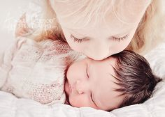 newborn and older sibling shot Newborn Sibling, Newborn Poses, Newborn Shoot, Baby Boy Newborn, Big Sister Pictures, Brother Photos, Sibling Photo Shoots, Sibling Photography, Photography Ideas