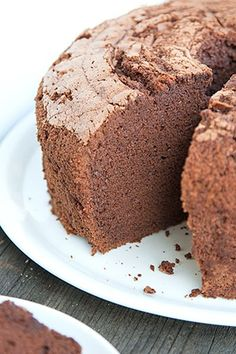 Chocolate chiffon cake: the most irresistibly soft, pillowy chocolate cake you have ever tasted, explained step by step. Torte Cake, Cake & Co, Eat Cake, Bolo Chiffon, Orange Chiffon Cake, Cupcakes, Cake Cookies, Chocolate Chiffon Cake, Italian Chocolate