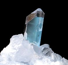 """* Celestina * """"Celestita"""". Mineral que tem seu nome em função da cor azul-Celeste. Pode apresentar cores em vermelho, verde e amarelo. Químicamente: Sulfato de Estrôncio - SrSO4."""