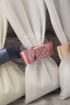 Μπομπονιέρες γάμου σε κλασικό ύφος από τούλι με σατέν φιόγκο σε υπέροχα χρώματα Tulle Wreath, Wedding Cakes, Wedding Day, Pouch, Invitations, Wedding Dresses, Cakes, Party, Upcycled Clothing