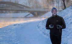 Un uomo corre lungo il fiume Neris a Vilnius, in Lituania, dove le temperature sono scese sotto i 18 gradi. - (Mindaugas Kulbis, Ap/Ansa)