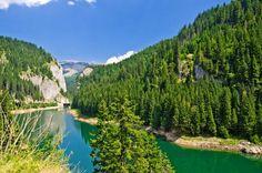 Lacul Bolboci este una dintre comorile ascunse ale Muntilor Bucegi, un lac vast, creat prin blocarea raului Ialomita, cu un baraj, in anul 1988.