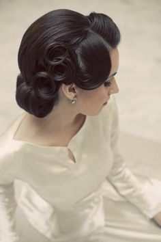 Gorgeous mix of 30s and pin up hairstyle