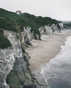 If somebody knows how to build houses at the best places - then the Irish. Amazing views here at the White Cliffs, one of the most beautiful beaches I've ever been. And there are caves everywhere! @tourismireland #entdeckeirland