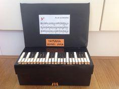 Piano surprise. Schoenendoos zwart bekleden, toetsen van geverfde knijpers. Cadeautje in de doos!