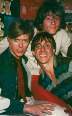 David Bowie with his buddy, Iggy Pop. David is so beautiful all the time Iggy Pop, David Bowie, Glam Rock, Rock N Roll, Ziggy Played Guitar, The Stooges, The Thin White Duke, Major Tom, Ziggy Stardust