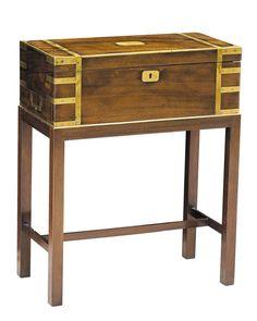 CAJA ESCRITORIO DE VIAJE DE BARCO Época victoriana. C. 1850. En madera de caoba. Con diferentes compartimentos y cajón secreto. Soporte a la medida con patas. Medidas: 64 x 50,5 x 25 cm.