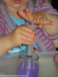 Au début, elle oublie de plonger sa seringue dans l'eau. En fait, elle réalise les gestes inverses : elle attrape de l'air puis pousse l'air dans l'eau. Elle s'étonne de voir des bulles.  j'en profite pour lui proposer une premirèe inititation à la phyisique !
