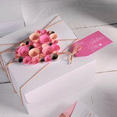Geschenke verpacken und mit Rosen aus Papierstreifen dekorieren