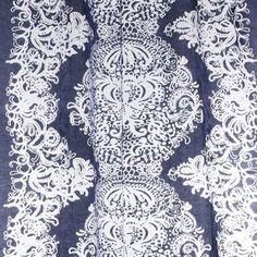 Clementiini betyr - slik navnet antyder - klementin på finsk og den har gitt inspirasjon til disse vakre gardinene i grått og hvitt. Gardinen er også en såkalt