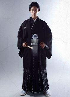 Japanese wedding 和装 | 桂由美フランチャイズ ブライダルハウス | 黒紋付袴 men's Traditional Japanese Clothing Male, Traditional Fashion, Traditional Outfits, Japanese Men, Japanese Kimono, Male Kimono, Modern Kimono, Japanese Costume, Wedding Kimono