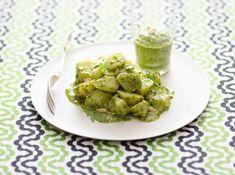La rucola cruda viene trasformata in una saporita salsa perfetta per condire il topinambur Salsa Verde, Antipasto, Sprouts, Side Dishes, Salads, Vegetables, Food, Cream, Essen