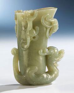 Höhe: 10,2 cm. China, 17. Jahrhundert. Opak grüne Jade, geschliffen, geschnitten. Schlanker Rhytonkorpus auf dem Rücken eines Phönix aufsitzend. Der Korpus...