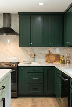 Picking the perfect kitchen backsplash can be pretty overwhelming. Color or white? Dark Green Kitchen, Green Kitchen Cabinets, White Kitchen Island, Kitchen Tile, Wooden Kitchen, Kitchen Paint, Kitchen Colors, Kitchen Flooring, New Kitchen