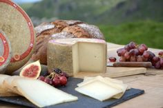 Plateau de #fromages  de fêtes : l'Ossau-Iraty  #NouvelleAquitaine #OssauIraty Holidays And Events, Entertaining, Cheese, Board, Style, Hot Pepper Jelly, Fig Jam, Sweet Pie, Tray