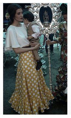 @angelavm96 @flamencasconarte Falda de flamenca alvero con lunares blancos y camisa