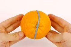 Og appelsinen kan pakkes sammen igen med en elastik og komme i madkassen. Food Hacks, Cooking Tips, Deserts, Orange, Drinks, Inspiration, Asylum, Drinking, Biblical Inspiration