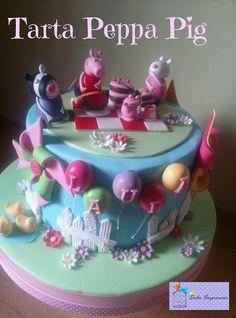 Nos encanta Peppa Pig!!! Se nota??? Peppa se va de picnic con sus amigas, rodeadas de flores, molinillos de viento y sus amigos los patos  Dos preciosas tartas de Peppa, una con banderín y otra con globitos... Alegres, coloridas, divertidas...perfectas para los cumples de los peques