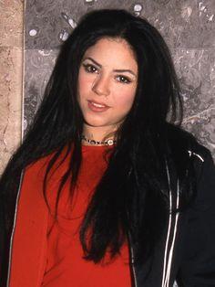 But, interestingly, it appears that Shakira was actually the original health goth. Shakira Style, Shakira Hair, Shakira With Black Hair, Shakira Young, Divas, Shakira Mebarak, Beauty Hacks Video, 90s Aesthetic, Beauty Quotes