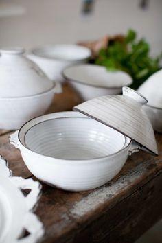 Den här veckan har jag plockat ur en del fin keramik ur ugnen, lite nya fat och skålar med ambitiös kant och så har jag glaserat de små ...