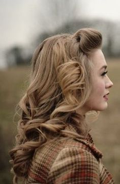 Vintage Hairstyles With Bangs I wish I could find a less pixelated photo. I love her hair with its classic blonde. The waves and pin curls.paired with the setting.she is timeless. Look Retro, Look Vintage, Vintage Curls, Retro Curls, Vintage Vibes, Retro Hairstyles, Wedding Hairstyles, Vintage Hairstyles For Long Hair, Ladies Hairstyles