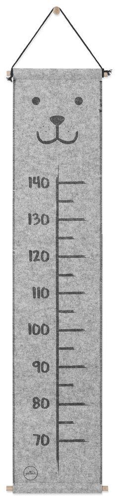 En blød, sjov målestok, som kan sættes op på væggen og måle barnets vækst. Den søde målestok er lavet i polyester og har en glad bjørn som motiv. Den kan måle barnet fra 70 til 140 cm.<br> <br>Mål: 120 x 25 cm.<br><br>Materiale: 100% polyester.<br><br>Farve: Grå.<br>