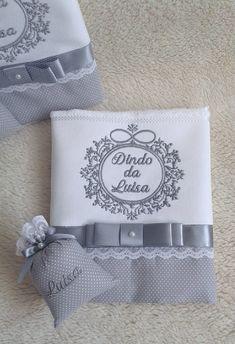 Toalha para Batizado com sachê - VALOR REFERENTE A UNIDADE    Seja para uso do bebê durante a cerimonia, seja para os padrinhos,seja para os avós e convidados, surpreenda a todos com toda delicadeza das nossas toalhas e sachês personalizados. As toalhinhas oferecidas como lembrancinhas, seja na m... Baby Knitting Patterns, Hand Embroidery Patterns Free, Business Baby, Wedding Hangers, Baby Sewing, Fabric Painting, Hand Towels, Diy And Crafts, Decoration