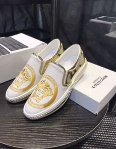 Versace Shoes For Men Versace Slippers, Versace Sandals, Versace Sneakers, Sneakers Fashion, Versace Fashion, Versace Men, Gucci Men, Mode Masculine, Men Sunglasses Fashion