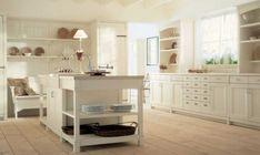 isla de madera blanca en medio de la cocina clásica moderna