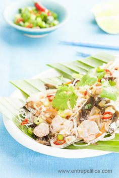 Rice Vermicelli Salad with prawns / Glass Noodle Salad with prawns, recipe on entrepalillos blog