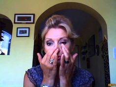 Massages du contour des yeux en anti âge