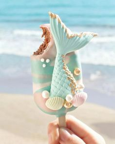 ourmet Mermaid Cake Pop 🐚 Let's go to the beach 🌊 yummy ! Chocolate Cake with sweet milk covered in milk chocolate ✨ Photo by Mermaid Cake Pops, Mermaid Cakes, Cute Food, Yummy Food, Kreative Desserts, Magnum Paleta, Cute Baking, Rainbow Food, Rainbow Cakes