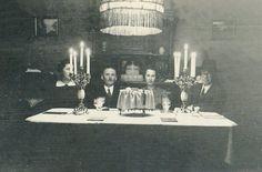 Séder de Pésaj, 15 de abril de 1938. Hogar de Helene y Rudolf Schwartz, Wiesbaden. Cuando los nazis ascendieron al poder vivían en Wiesbaden alrededor de 2.700 judíos. A pesar de las restricciones impuestas por el régimen los judíos de Wiesbaden continuaron sus actividades educativas y culturales.