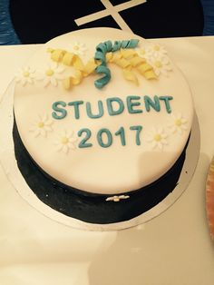 Studentmössa tårta, jordgubbsmousse o daimfluss. Emilys student 15/6 2017