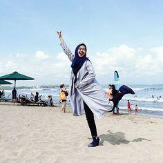 Liburan ke pantai dengan outfit dominan biru. Oke punya kan?