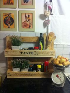 Pallet Kitchen Organizer #PalletShelf, #RepurposedPallet