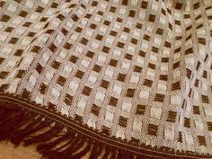 Colcha Zafira em fio de algodão torcido, tramada com fio duplo e franja costurada. Mede 1,48m x 2,40m e é ótima para camas ou sofás. Por R$59,00 em nossa loja virtual.