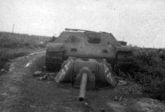 ВОВ фото: трофейный танк Т-34 с сорванной башней