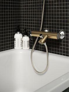 Badkarsblandare från Coloric i färgen Sinful Black. Tub Faucet, Bathtub, Bath Caddy, Bathroom, Champagne, Touch, Design, Black, Standing Bath