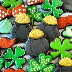 St. Patrick's Day is coming up and we have lots of cookie cutters for it on the website! Check link in profile   @lilaloa_cookies what a lucky spread of cookies! #luckoftheirish #cookiecutterkingdom