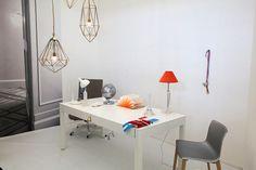 Werktafel in de woonkamer van het Secret House op de woonbeurs 2014. Wit en grijstinten met accessoires in de kleuren van onze vlag.