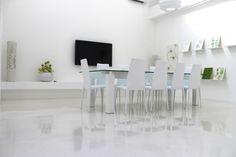 Esempio di come i rivestimenti in resina possano adattarsi agli ambienti domestici o di lavoro attraverso lo sviluppo di pavimentazioni lucide e uniformi dal design moderno e accattivante.