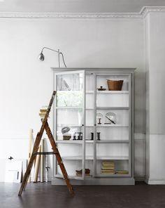 Inspiratieboost: 11x vitrinekasten voor in de woonkamer - Roomed mooi contrast tussen hout en grijs