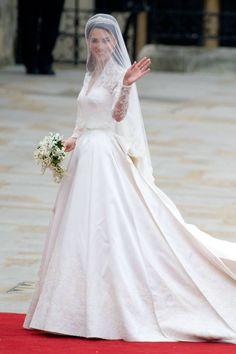 大人花嫁は肩や腕を出しすぎない方がエレガントに決まる♪ フォーマルなウェディングのアイデアまとめ。結婚式・ブライダルの参考に☆