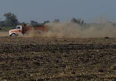 Foto de 23 de setembro de 2014 mostra estrada coberta de poeira em Los Banos, Califórnia - Fornecido por AFP